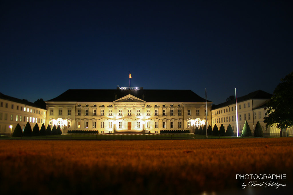 Schloss Bellevue bei Nacht / Bellevue Palace at Night
